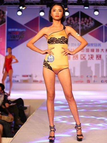 中国职业模特大赛    众模特着镂空装斗艳