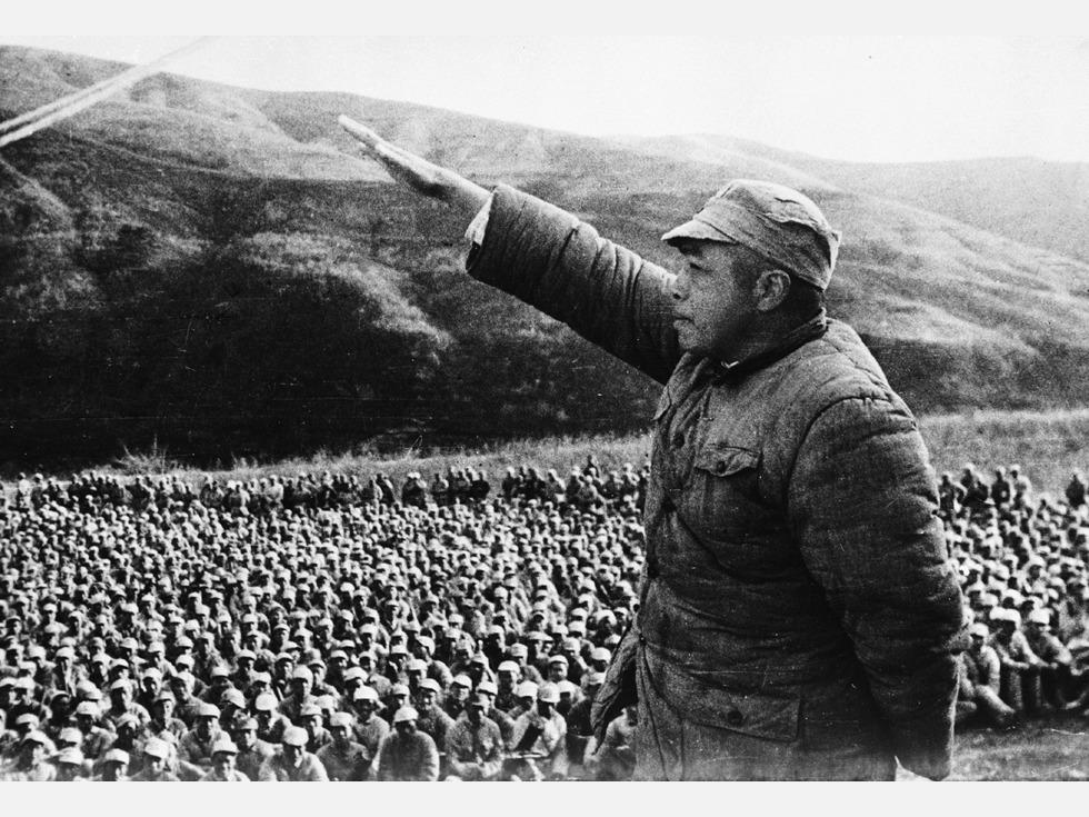 第八:西府战役。1948年4月,彭德怀指挥西北野战军长途奔袭1,500华里,在陕西西部和甘肃东部地区对国民党军胡宗南部和马家军进行进攻作战,共歼灭国民党军2.1万余人,巩固和扩大了黄龙解放区,收复了被国民党军侵占1年零1个月的延安。但在撤退过程中,国民党军迅速组织反击,解放军反陷入重围之中,遭受重大损失。此战歼敌2万,自身伤亡1万5千。图为彭德怀在战前动员大会上(图源:VCG)