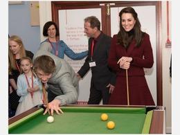 凯特王妃出席慈善活动 打台球姿态优雅