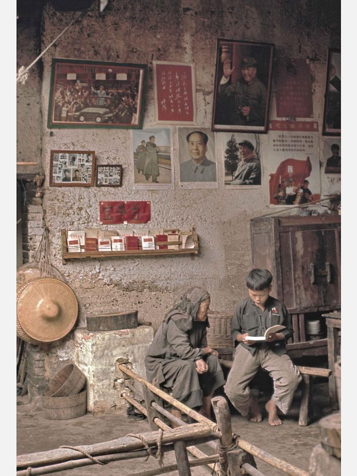 1977年,刚刚复出的邓小平同志主持召开科学和教育工作座谈会,作出于当年恢复高考的决定。同年10月12日,国务院正式宣布当年立即恢复高考。1977年冬和1978年夏的中国,迎来了世界历史上规模最大的考试,报考总人数达到1,160万人。图为1968年,广东的一家农户,孩子正在为奶奶朗读毛主席著作,墙上还张贴着多张毛主席像。