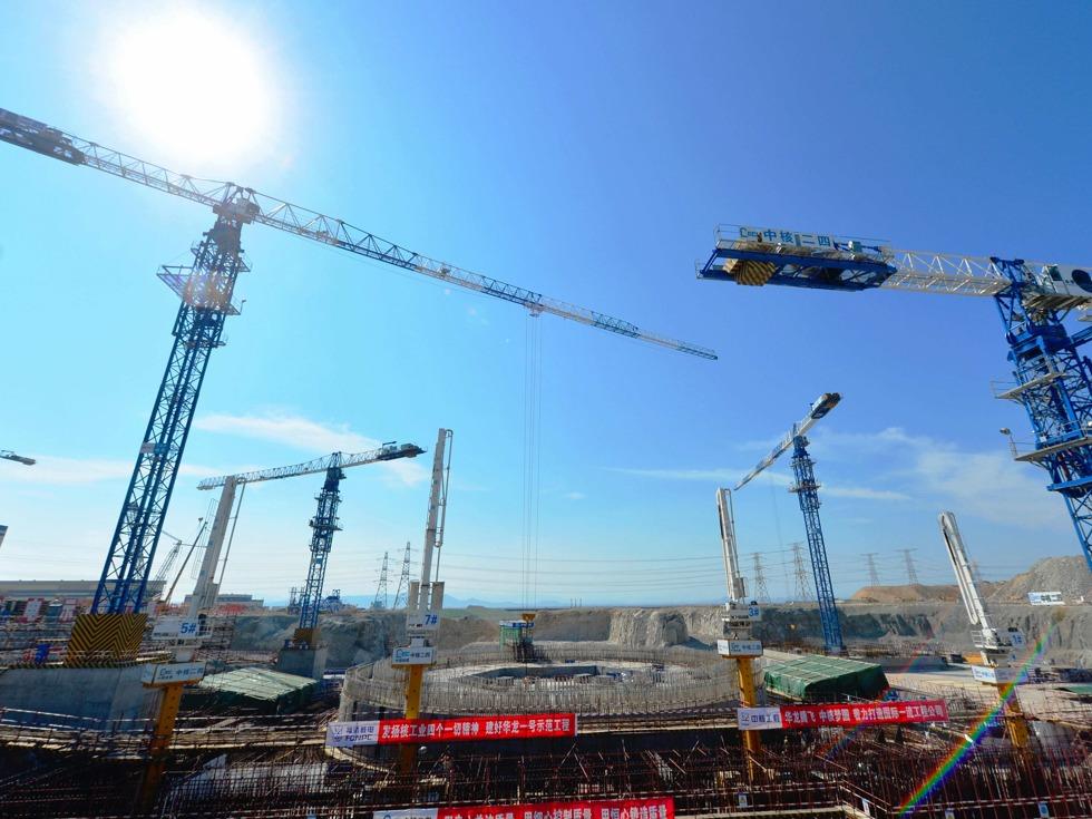 """此外,泰国、肯尼亚、印尼、南非、土耳其、哈萨克斯坦等越来越多的国家,也对中国的""""华龙一号""""产生了强烈兴趣。图为中国自主三代核电技术""""华龙一号""""示范工程——中核集团福清核电5号机组施工现场。(图源:新华社)"""