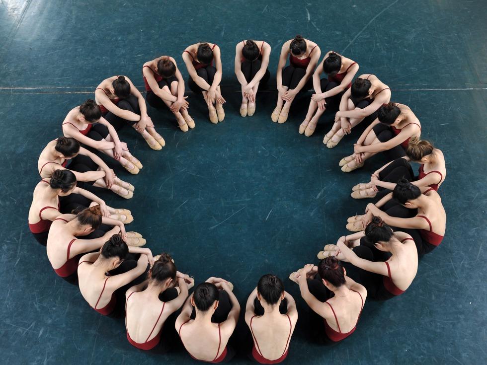2016年5月26日,山东聊城大学音乐学院30名舞蹈专业的大学生在拍摄唯美舞蹈毕业照。(图源:VCG)