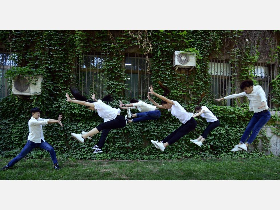 2016年5月24日,山东师范大学,舞蹈表演专业大四毕业生展示专业特长。(图源:VCG)