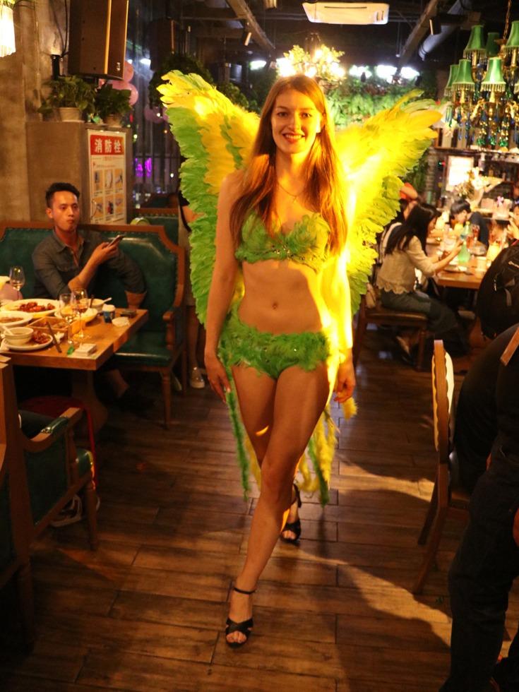 """北京时间5月18日,湖北宜昌CBD中心商业圈一餐厅开业并上演外藉超模维密秀,这让食客真正享受了""""秀色可餐""""。食客们直说艳福不浅,纷纷拍照留念。(图源:VCG)"""