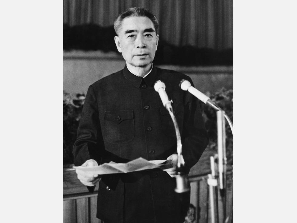 1976年1月8日,周恩来在北京病逝。1月16日晚,根据周恩来不保留骨灰的遗愿,其骨灰分别在北京上空、北京的密云水库上空、天津的海河上空和山东滨州的黄河入海口上空抛洒,开辟中国海葬先河。(图源:AFP)