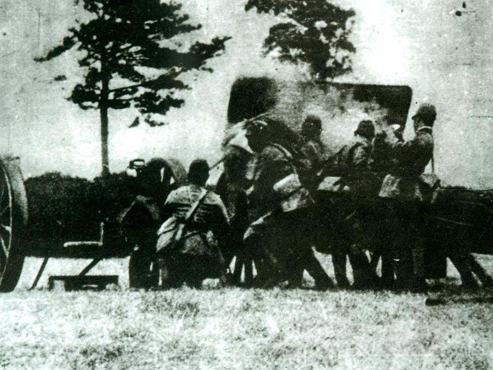 七七事变,又称芦沟桥抗战、卢沟桥事变。发生于1937年7月7日,为中国抗日战争全面爆发的起点。中国军民抗击日本帝国主义发动全面战争之作战。也标志第二次世界大战东方战场战事的起始。瑞士摄影师 Walter Bosshard 拍摄的图片,记录了当时北平保卫战。(图源:VCG)