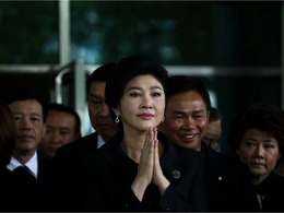 泰前总理英拉再受审 法院外落泪[图集]