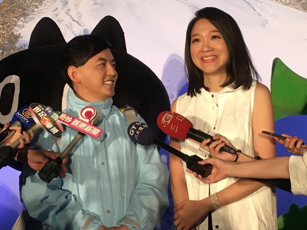 黃子佼(左)與曲家瑞(右)搭檔主持記者會(多維記者:袁愷勳/攝)
