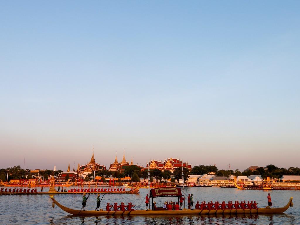 泰国国王偕王后参加皇家驳船游行 52艘龙舟壮观[图集]